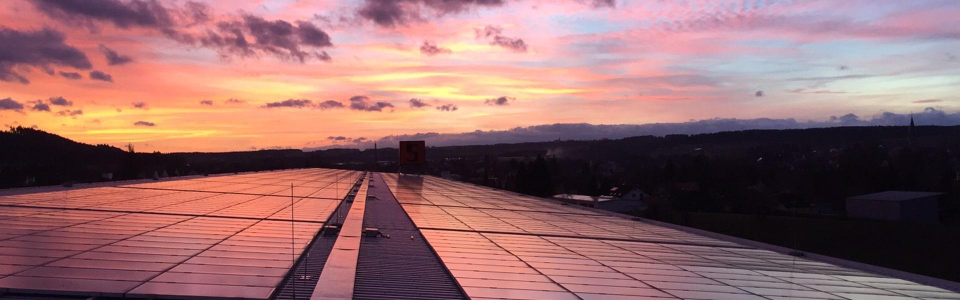 Bild einer Enbekon PV-Anlage im Abendrot zum Artikel: Photovoltaik als Kapitalanlage