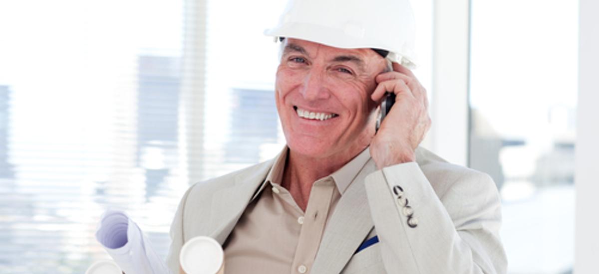 Elektroingenieure oder -meister am Telefon